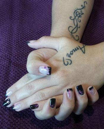 ongle noir en gel paillettes violette